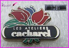 """Pin's Parfum Perfume Fleurs """" Les ateliers de CACHAREL """" Très rare numéroté 1261"""