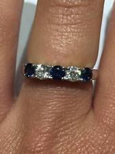 18CT Oro Bianco Diamante 0.32CT e 0.58CT Blu Zaffiro Half Eternity Ring GOY36