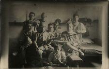 PHOTO ANCIENNE - CARTE PHOTO - CPA - MILITAIRE SOLDAT CHAMBRÉE ARME FUSIL DRÔLE