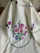 STUNNING VINTAGE LINEN HAND EMBROIDERED TABLECLOTH BEAUTIFUL FLORAL SPRAYS
