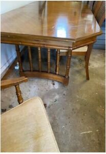 Stanley Dining Room Table with leaf and 6 Chairs