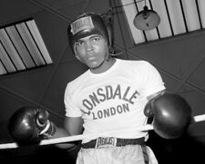 Cassius Clay UNSIGNED photo - K3259 -  Trains before his fight with Henry Cooper