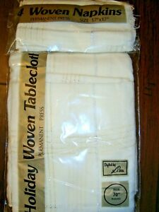 """HOLIDAY WOVEN TABLECLOTH & 4 MATCHING NAPKINS WHITE W/ SILVER & GOLD 70"""" ROUND"""