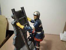 POMPIER NEM  N° 5 sur echelle beau diorama  résine hauteur 20 cm