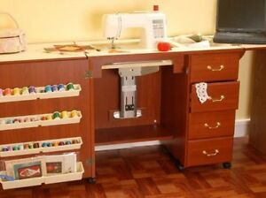 ARROW NORMA JEAN SEWING MACHINE CABINET WITH AIR LIFT CHERRY WITH QUILT LEAF