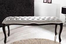 Markenlose Möbel aus Holzfurnier fürs Badezimmer