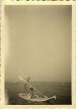 PHOTO ANCIENNE - VINTAGE SNAPSHOT - MER BAIGNAGE SPORT PADDLE PLANCHE DRÔLE -SEA