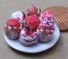 1:12 scala 7 assortiti Cup Cakes su una piastra DOLLS HOUSE miniatura Accessorio CC'