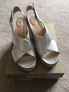 Ladies Clarks Palm Candid Silver Sandal Size 6.5 40