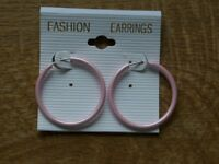 Feine Ohrringe in rosa. Super dünn. Super leicht.-