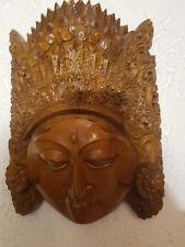 Holzmasken, schwer schöne Schnitzerei, hing über der geschnitzten Hausbar