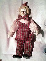 joli clown habillé - porcelaine - assis sur presentoir/ 28 cm