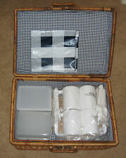 Picnic Basket including service for 4 + plastic tablecloth + 2 food containers