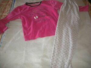 pyjama INFLUX velours 10 ans:pantalon gris à pois rose,haut rose à motif devant