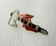 ZPs2 Native American Indian Tomahawk pin badge brooch Unusual Western