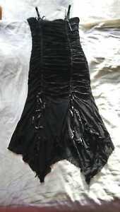 Schwarzes Cocktail-Kleid mit Rosen auf dem Unterkleid
