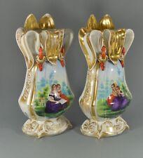Paire de vases en porcelaine aux sujets romantiques Richesse et pauvreté 19me