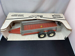 Scale Models New Idea Manure Spreader 350 Series 1/16 Diecast Farm Implement