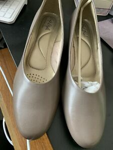 Soft Style Beige Shoes Size 8