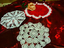 lot 3anciens napperons    ronds    crochet fait main dont un de rouge