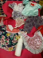 LOT= AVEC BIBERON 8  piéces garde-robe poupée   robe,chapeau ,corsage ,pantalon