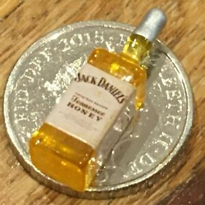 24 TH SCALE 1 X DOLLS HOUSE SMALL BOTTLE OF JACK DANIELS / WHISKEY  5P COIN a2