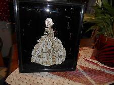 Vintage Hecha a Mano Enmarcado Lámina Foto De Una Dama En Plata Y Oro Crinolina Vestido