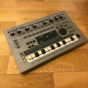 Roland MC 303 Groovebox / Synthesizer / Drum Machine / Sequenzer