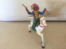 SOLDATINO IN PVC ISAS ANNI '60 CAPO INDIANO A CAVALLO CON PISTOLA E TOMAHAWK