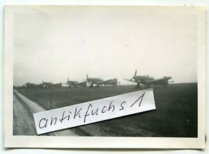 Foto : Ju 87 Stuka-Flugzeug-Staffel des 7./St.G.1 auf Front-Flugplatz bei Pernes