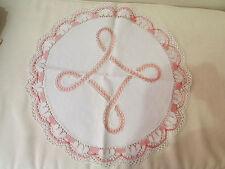 ancien grand napperon ajouré rose et blanc