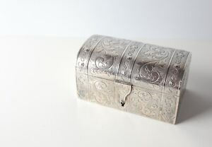 Engraved Continental 800 Silver box with keyhole, c1898-1902. Gilt interior