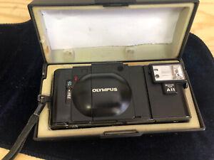 Analogkamera Olympus XA mit Electronikflash A11, Objektiv F-Zuiko 1:28, f=35 mm