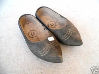n°5 ) ancienne  paire de sabots en bois  / art populaire / déco chalet.