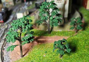 20 dunkelgrüne Bäume mit leicht gefächerten Blättern, je 10 Stück 40 und 70 mm