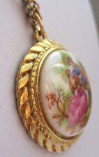 pendentif ancien bijou vintage couleur or camée porcelaine scène d'amour 3156
