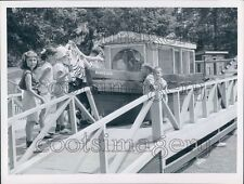 1956 Press Photo Simons Family at Noah's Ark Stone Zoo 1950s Stoneham MA