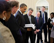 """BARACK OBAMA GETS 2009 """"PUBLIC PAPERS OF THE US PRESIDENTS""""  8X10 PHOTO (ZY-583)"""