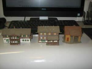 3 N SCALE? BUILDINGS-2 LOG CABINS-KIBRI