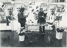 CARTE POSTALE PHOTO RENE JEANNE PARIS MAI 1981 MITTERRAND / MARCHAND DE ROSES