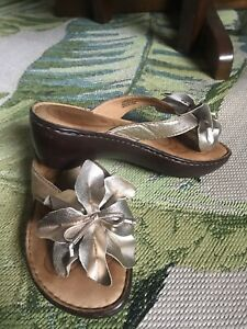 BORN Women's Silvery-Gold Flower Detail Wedge Heel Thong/slides-on Size 6