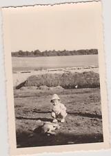 PHOTO ANCIENNE PETIT GARCON CHAPEAU DE SOLEIL/BARBOTEUSE-accroupi devant CHIEN