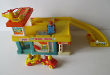 Ancien Garage chicco 3 voitures 1 hélicoptère 4 personnages style Fisher price