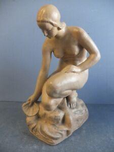 Weiblicher Akt mit Jakobsmuschel, Terrakotta, signiert ALOIS BUCANEK, 1897-1949