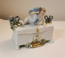 Boite en porcelaine biscuit émaillé XIXème Garçonnet tenue de matelot marinière