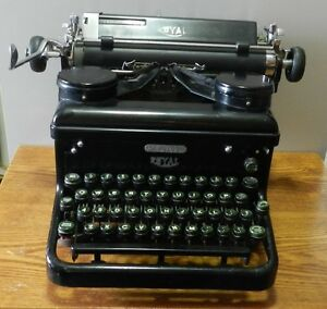 1937 Royal KHM Typewriter serial number KHM-2027204 - Working condition