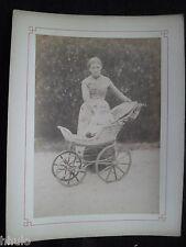 A543 Photographie originale 1887 Nourrice bébé Landau osier ancien albumen