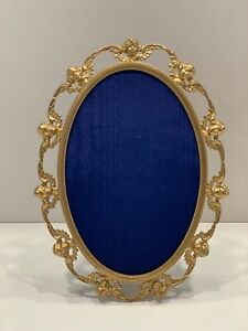 """ANTIQUE OVAL PICTURE FRAME WITH SMILING CUPIDS ON THE BORDER 5 1/2 """" X 7 1/2 """""""