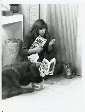 DINAH MANOFF FEEDS BEAR THE DOG EMPTY NEST ORIGINAL 1990 NBC TV PHOTO