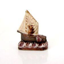 Fève de collection en porcelaine _ UNE BATEAU VOILIER _ Objet de vitrine miniat